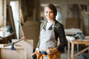 Handwerkerin in der Werkstatt